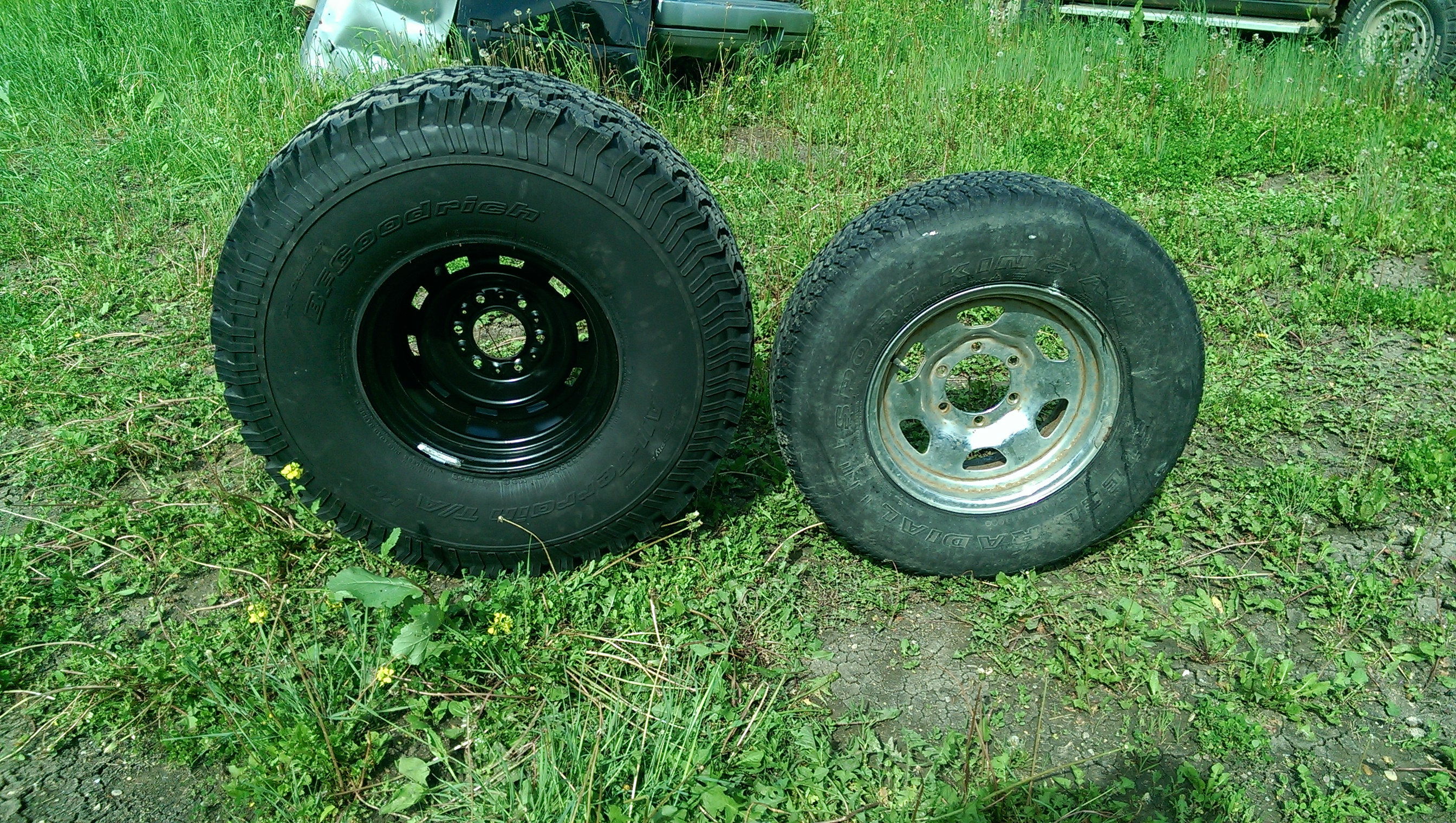 225/75r15 on right and 35x12.5r15 on left